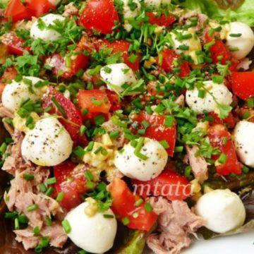 Русский салат с креветками и тунцом